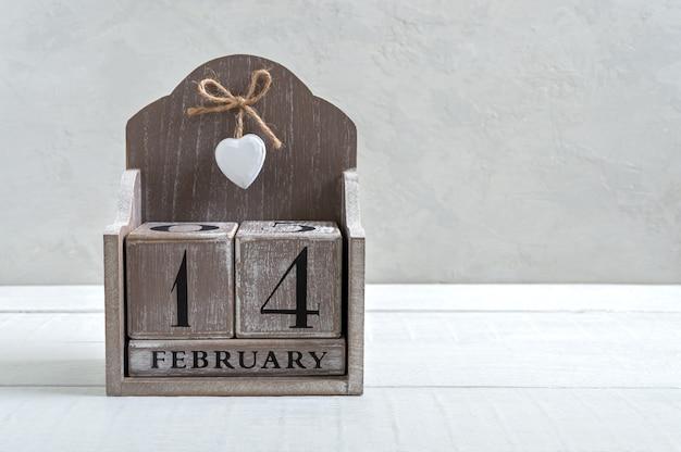 Ewiger holzkalender am 14. februar. valentinstag. postkarte. freier speicherplatz für ihre besseren projekte.