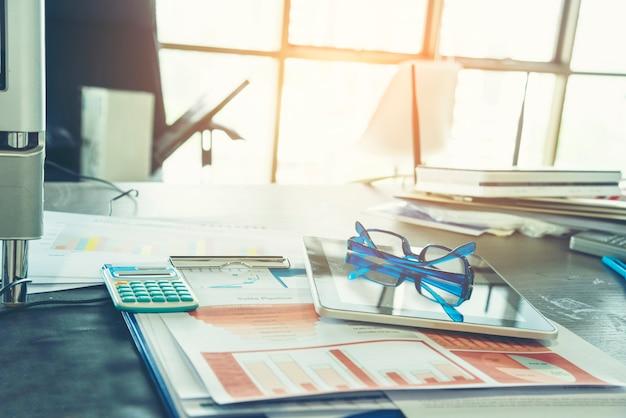 Excel-diagramm mit tabellenkalkulationsdokument, das information financial startup concept zeigt. finanzplanung, die einen buchhaltungsdatenbankbericht erstellt. grafiken und diagramme auf dem bildschirm mit schreibwarensets für geschäftssachen
