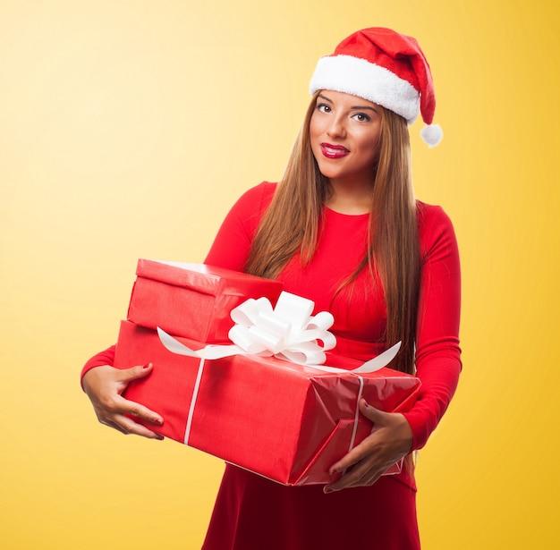 Excited frau mit geschenken