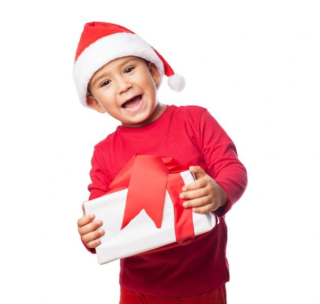Excited kind mit seinem geschenk