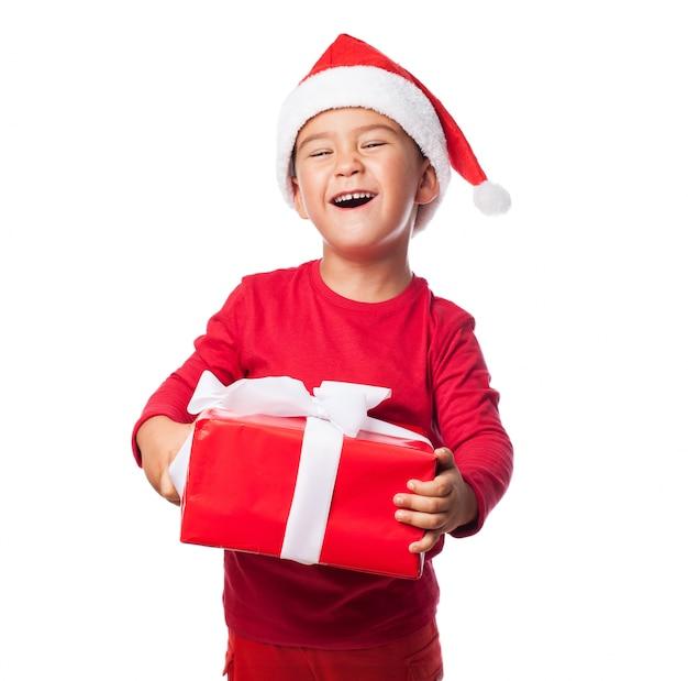 Excited kind mit seinem weihnachtsgeschenk