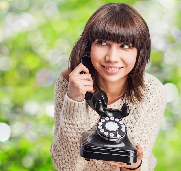 Excited teen ein altes telefon mit