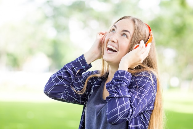 Excited teenager-mädchen hören hörbuch