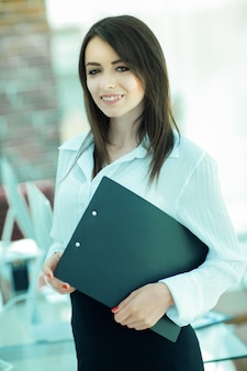 Executive business-frau mit dokumenten auf dem hintergrund der office.business-leute.