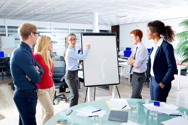 Executive frau präsentation multi ethnischen team