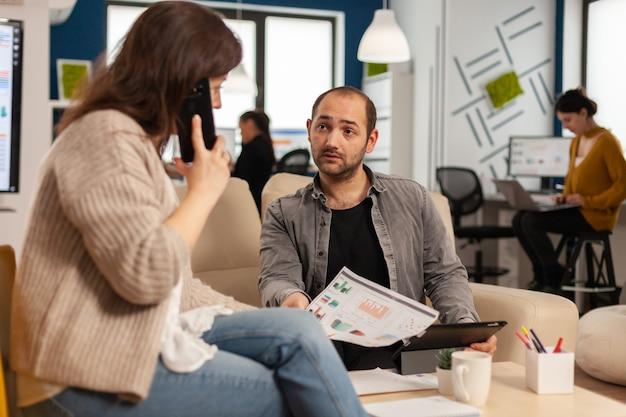 Executive geschäftsfrau mit einem professionellen finanzanruf auf dem smartphone