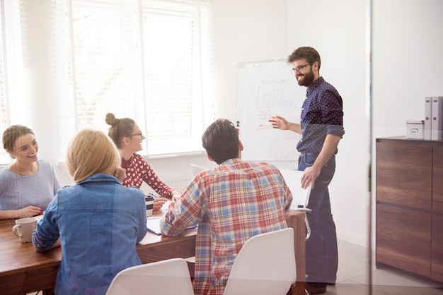 Executive präsentiert strategie der arbeit
