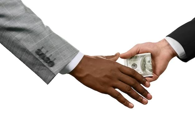 Exekutive, die geld übergibt. internationale korruption. jede kette hat eine schwäche. korruption vom feinsten.