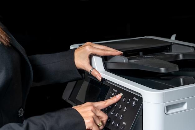 Exekutive frau, die eine fotokopie macht - fotokopierer.