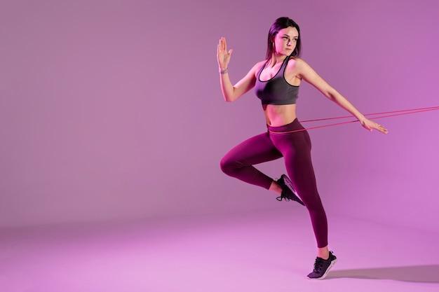 Exemplar weibliches training mit gummiband
