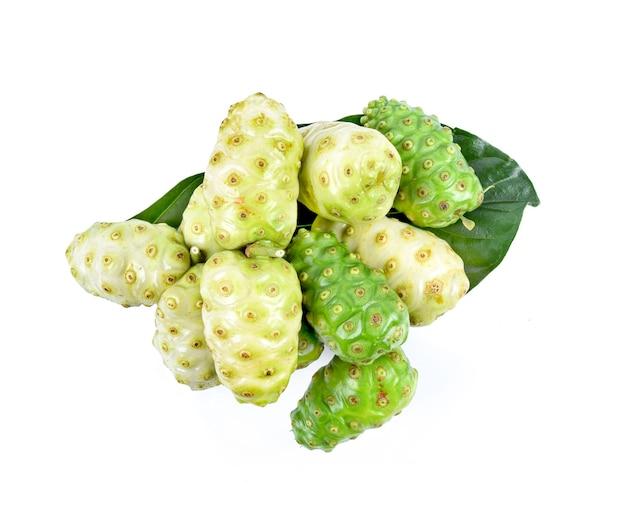 Exotie-frucht, noni-frucht auf weiß