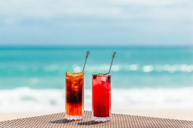 Exotische bunte cocktails auf dem tisch am meer urlaub im paradies-konzept