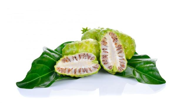 Exotische frucht noni isoliert auf weiß