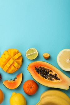 Exotische früchte auf blauem hintergrund, platz für text.