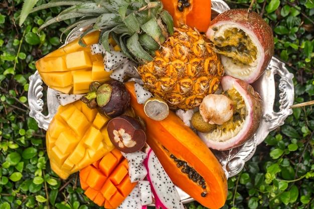 Exotische früchte auf einem tablett