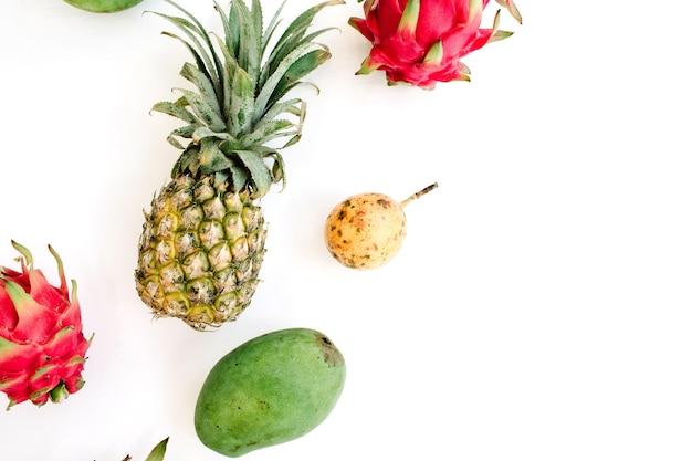 Exotische früchte: mango, ananas, passionsfrucht und drachenfrucht