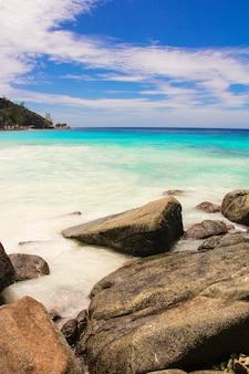 Exotische lagune des türkises mit großen steinen bei seychellen