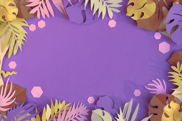 Exotische palm- und monstera-papierblätter. silhouetten auf lila papierhintergrund, flache lage, kopierraum.