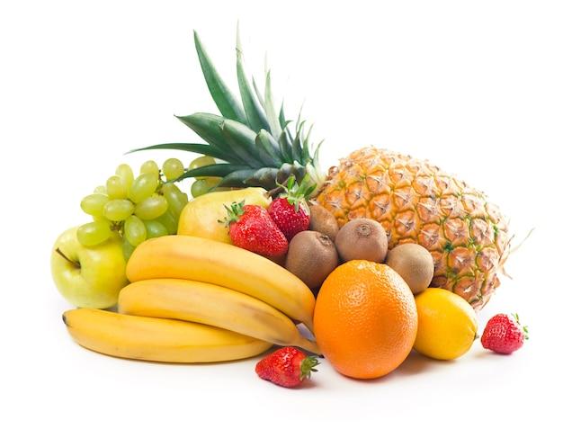 Exotische tropische früchte lokalisiert auf weißem hintergrund