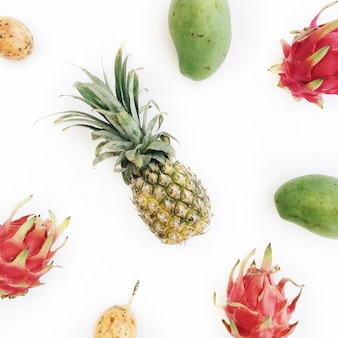 Exotische tropische früchte: mango, ananas, passionsfrucht und drachenfrucht