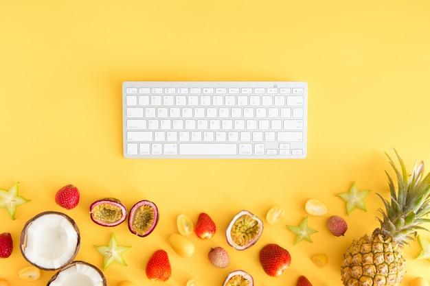 Exotische tropische früchte mit computertastatur,