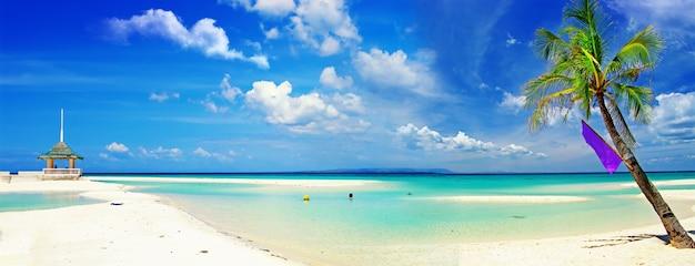 Exotische tropische strandlandschaft. weißer sand und türkisfarbenes meer