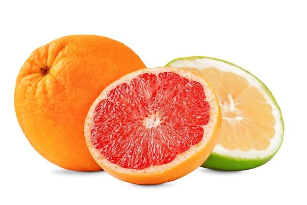 Exotische zusammensetzung von grapefruit-, orangen- und süßigkeitsfrüchten lokalisiert auf weißem hintergrund.