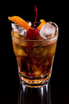 Exotischer cocktail mit kirsche