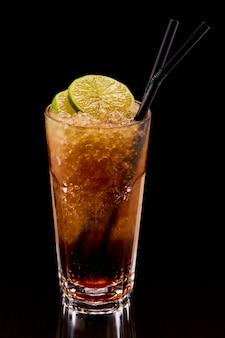 Exotischer cocktail mit limette