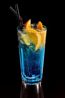 Exotischer cocktail mit zitronen