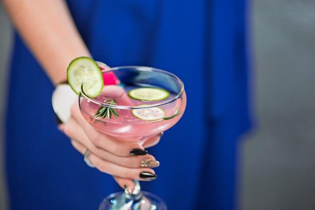 Exotischer cocktail und frauenhänden