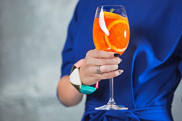 Exotischer cocktail und weibliche hände