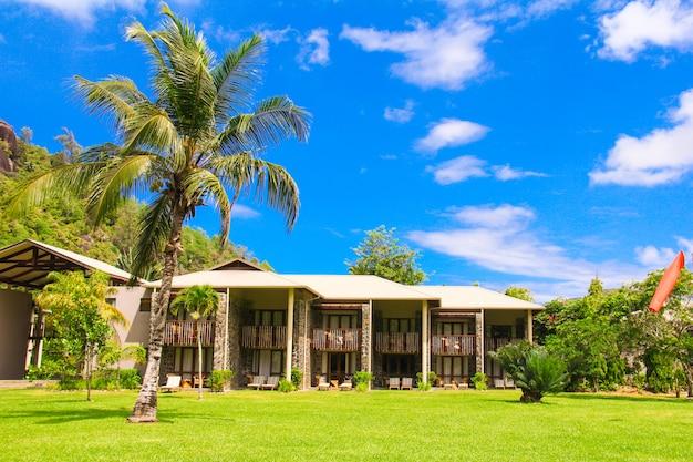 Exotischer erholungsort in einem tropischen land seyshelles