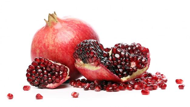 Exotischer und köstlicher granatapfel auf weißem hintergrund