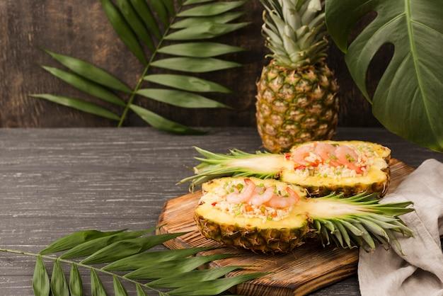Exotisches arrangement mit ananas und meeresfrüchten