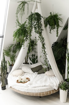 Exotisches bett. ein ort zum schlafen und ausruhen. schönes zimmer zum entspannen. wunderschönes schlafzimmer