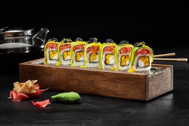 Exotisches brötchen mit lachstatar shrimps mango und avocado