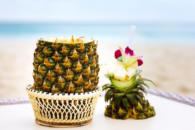 Exotisches cocktail, pina colada in einer ananas
