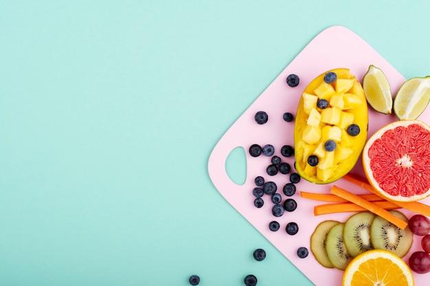 Exotisches gesundes essen auf schneidebrett