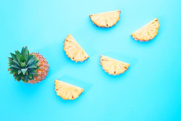 Exotisches sommerfruchtdesign, ananasscheibe auf blauem farbhintergrund