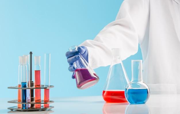 Experimente in einem chemielabor. durchführung eines experiments im labor.