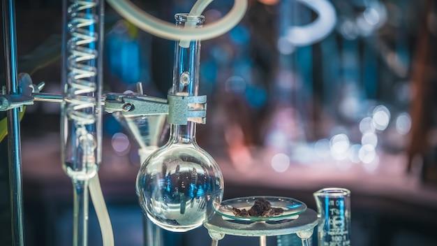 Experimentieren sie reagenzglas mit metallklammer-halter im wissenschafts-labor