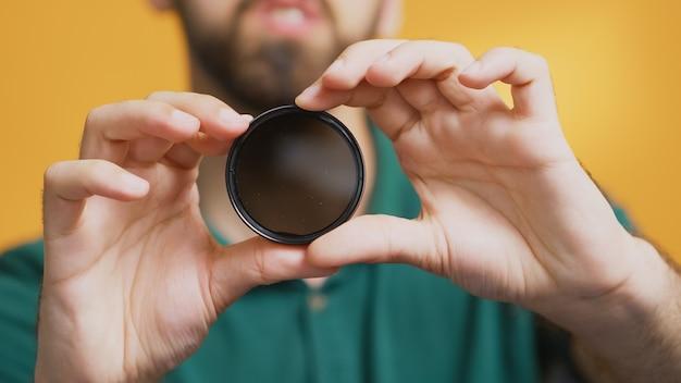 Experte in der aufnahmeprüfung von fotoausrüstung und filter. überprüfung des variablen nd-filters, kameraausrüstung und gerätevideo. ceator influencer social media star verteilt online-inhalte
