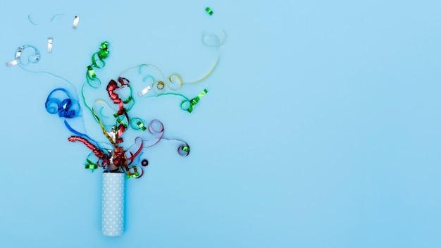 Explodierender partyknaller mit serpentinenkonfetti