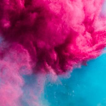 Explosion der rosafarbenen und blauen holi farbe