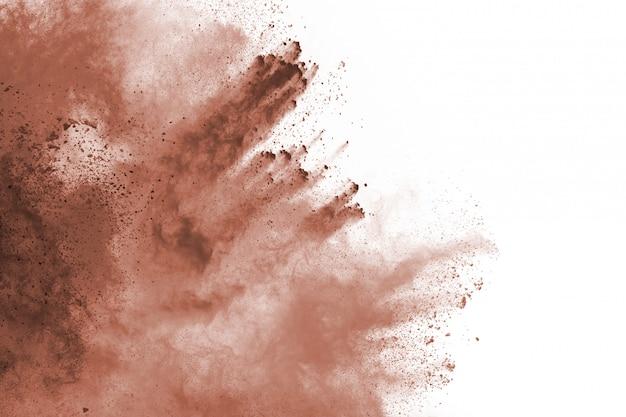 Explosion des braunen farbpulvers auf weißem hintergrund. farbige wolke. bunter staub explodiert. malen sie holi.