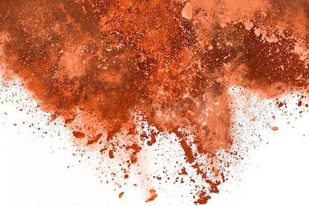 Explosion des braunen farbpulvers auf weißem hintergrund.
