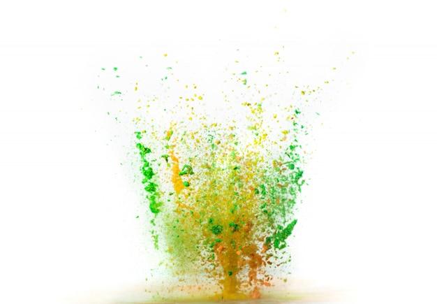 Explosion des farbigen pulvers auf weißem hintergrund