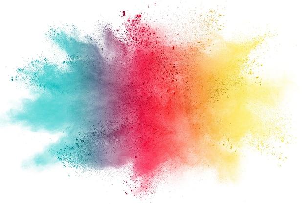 Explosion von farbigem pulver auf weißem hintergrund.