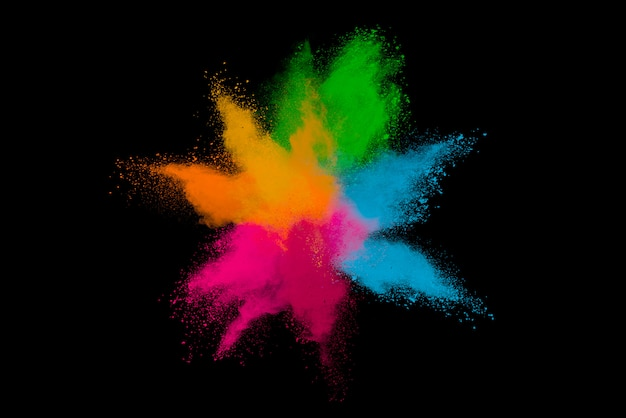 Explosion von farbigem pulver isoliert auf schwarz.